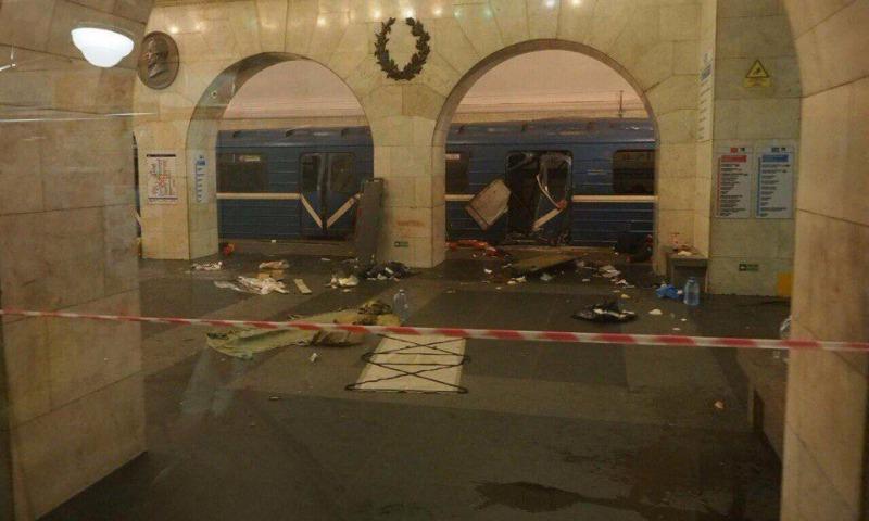 Путин заявил, что среди версий взрывов в метро Петербурга рассматривается и теракт
