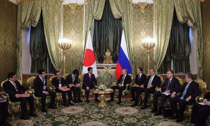 Президент России пообещал японскому премьеру отправить его соотечественников на Курилы