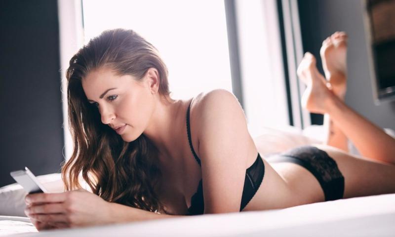 Эксперты назвали пять важных причин для отказа от засыпания в постели со смартфоном