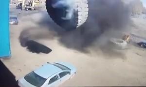«Тойота» в блин: трехтонное колесо от БелАЗа взлетело и рухнуло прямо на легковушку