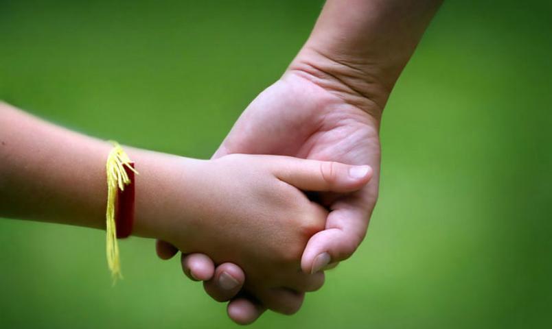 В правительстве приняли решение о разрешении ВИЧ-инфицированным усыновлять детей