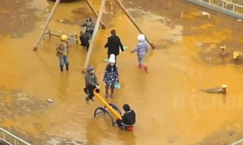 В Якутске дети вынуждены играть в грязной луже