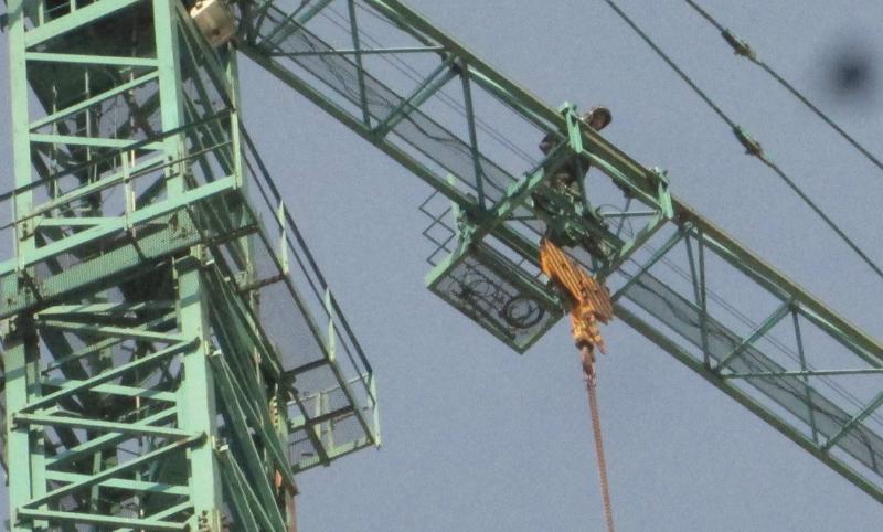 Новосибирец устроил забастовку настроительном кране из-за заработной платы