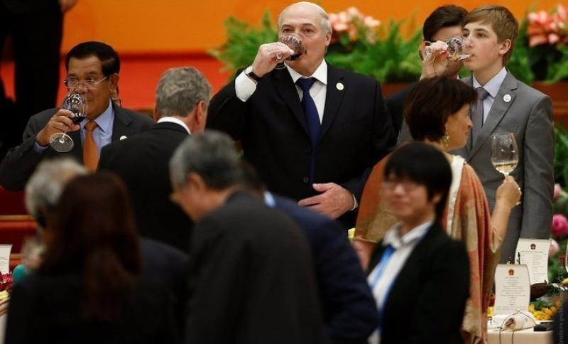 Лукашенко доверил сыну Коле вручить ценный подарок жене руководителя Китая