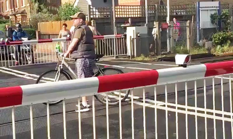 Велосипедиста-отморозка чуть не снесла электричка в Лондоне
