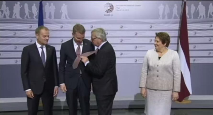 Появилось видео непристойного поведения пьяного Юнкера на саммите ЕС