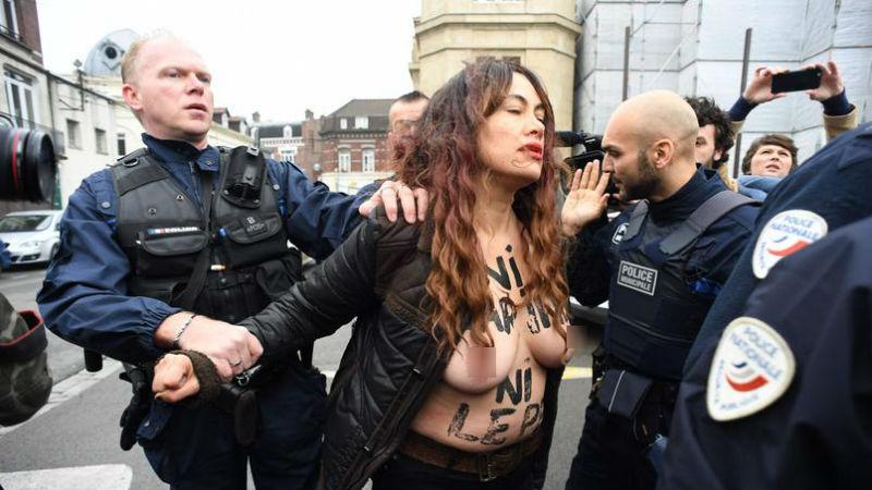Обнаженные Femen устроили акцию протеста против Марин Ле Пен