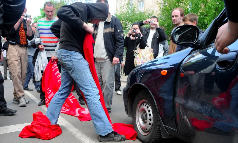 Правозащитники Amnesty International осудили задержания людей с советской символикой на Украине