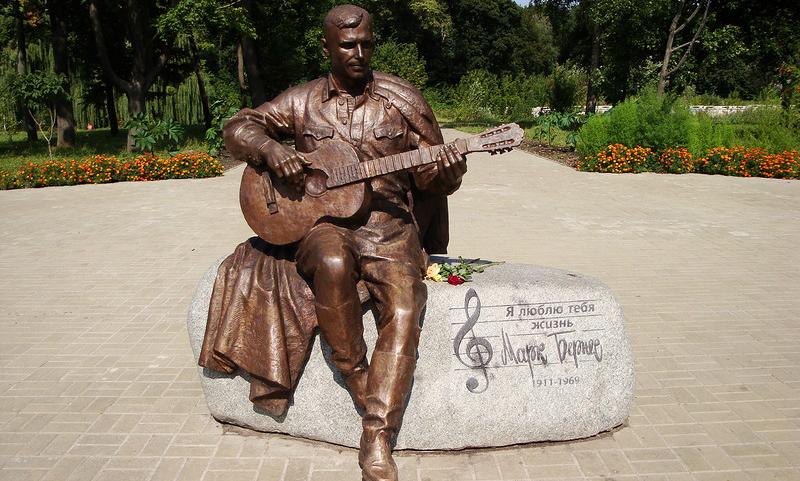 Украденный в Нежине памятник легендарному советскому артисту Марку Бернесу нашли в канаве
