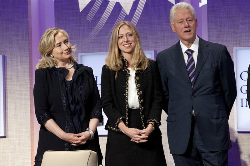 Челси Клинтон с родителями (в центре)
