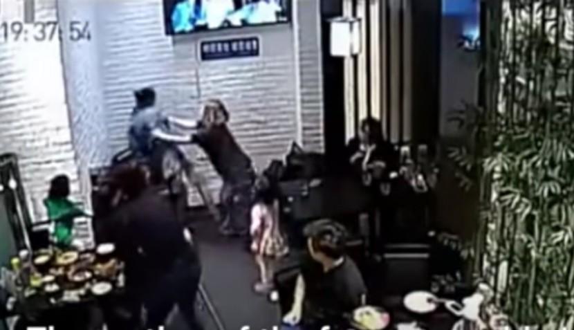 Видео агрессивной драки посетительниц кафе из-за непослушной девочки стало хитом Интернета