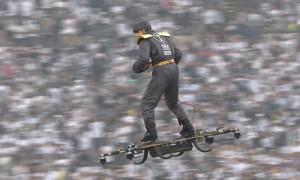 Прилетевший на дроне мужчина изумил зрителей футбольного матча в Португалии