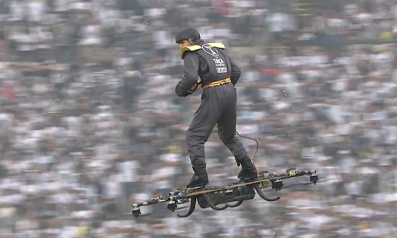 Прилетевший на дроне мужчина изумил зрителей на финале Кубка Португалии по футболу