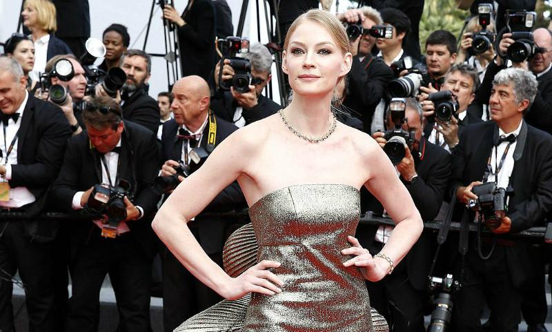 Привлекательная Светлана Ходченкова взолотом одеяние блистала накрасной дорожке Каннского кинофестиваля