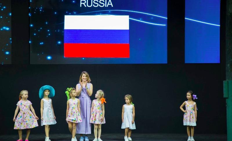 Украинского дизайнера на Неделе моды в Риме вывели на сцену под флагом