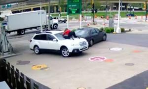 Опубликовано видео невероятного спасения женщиной своего автомобиля от угона на