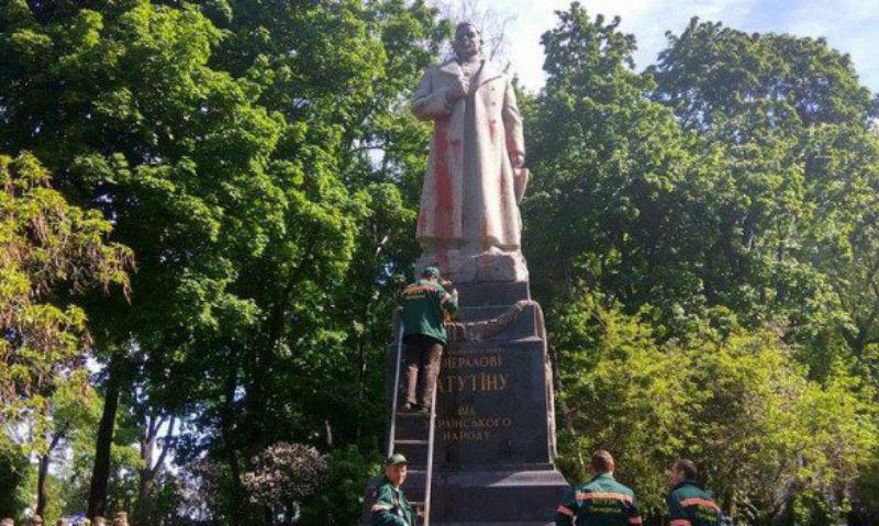 Опубликованы фотоснимки издевательства киевских вандалов над памятником героя Великой Отечественной войны