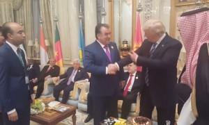 Президент Таджикистана победил американского лидера в «состязании по рукопожатиям»