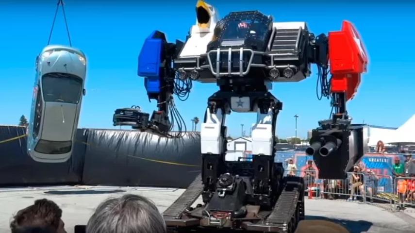 Видео с избивающим автомобили боевым человекоподобным роботом
