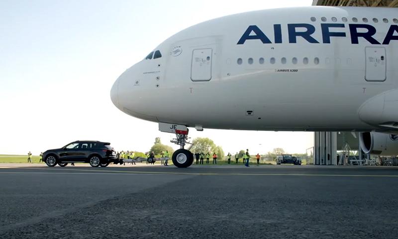 Появилось видео, на котором Porsche Cayenne буксирует Airbus A380