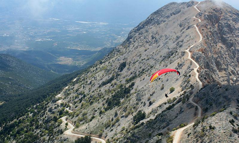 Российская туристка разбилась во время прыжка с парашютом в Турции
