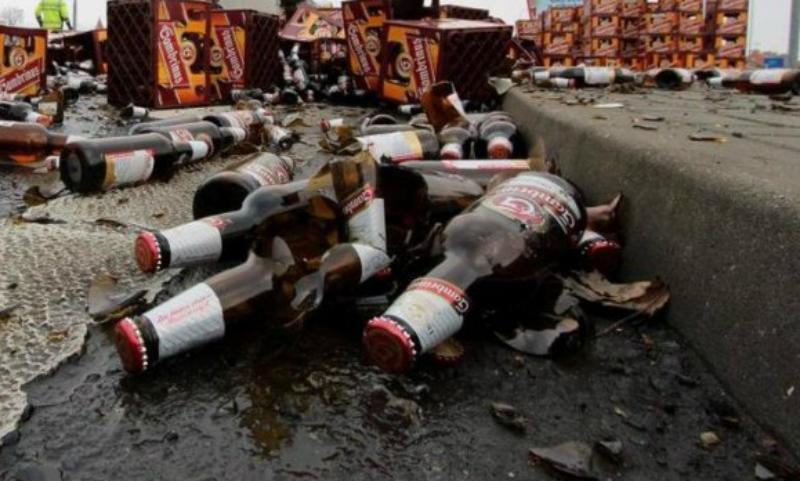 Десятки бутылок пива высыпались из грузовика под Санкт-Петербургом