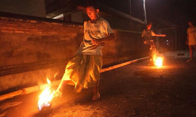 Индонезийские студенты записали видео футбольного матча с горящим мячом