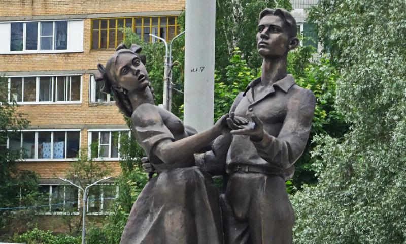 Напряженные соски памятника выпускникам 1941 года возмутили жителей Сергиева Посада