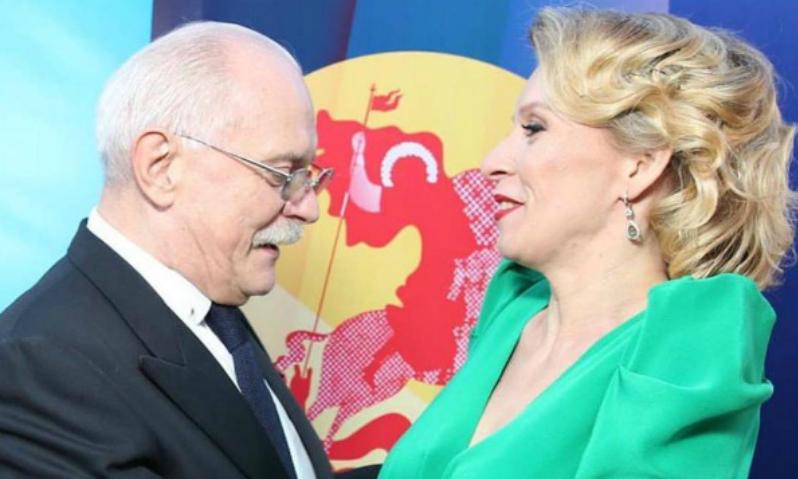 Михалкова покорило декольте Марии Захаровой на открытии ММКФ