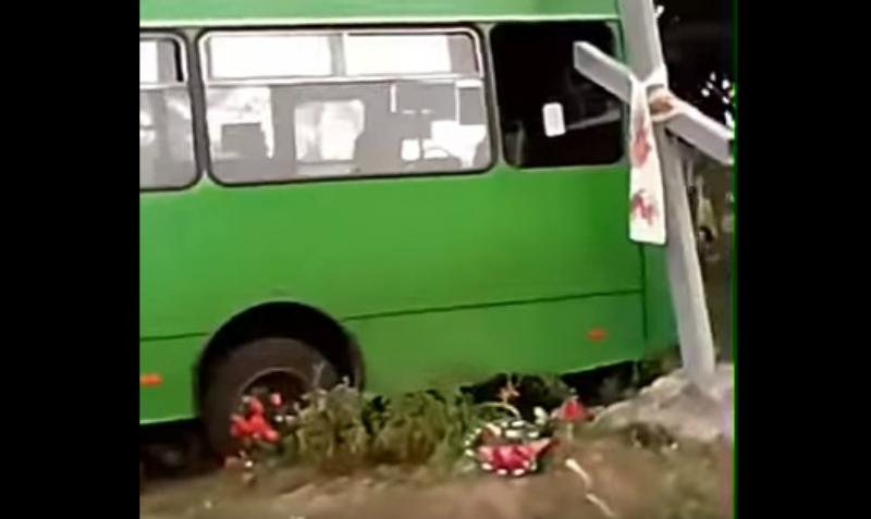 Украинские выпускники разворотили кладбище на похищенном автобусе