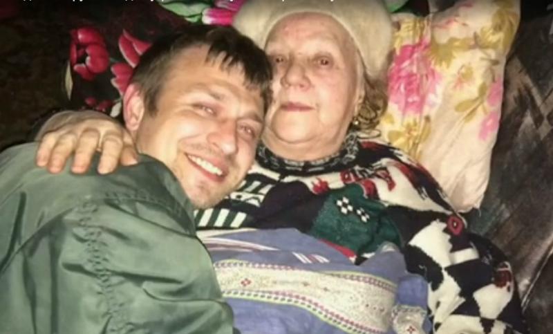 Вячеслав и его бабушка на даче. Фото сделано за несколько часов до убийства