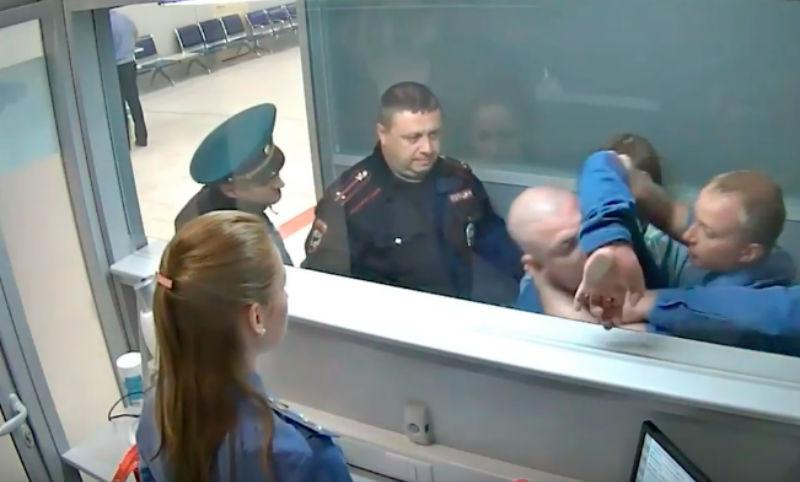 Опубликовано видео пьяного дебоша пассажира в аэропорту Новосибирска