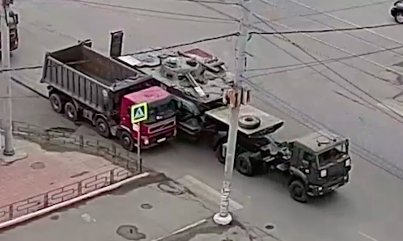 Столкновение везущей военную технику платформы и грузовика попало на видео