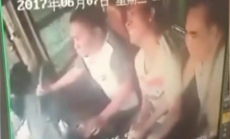 Разъяренный китаец перевернул автобус и стал героем видео
