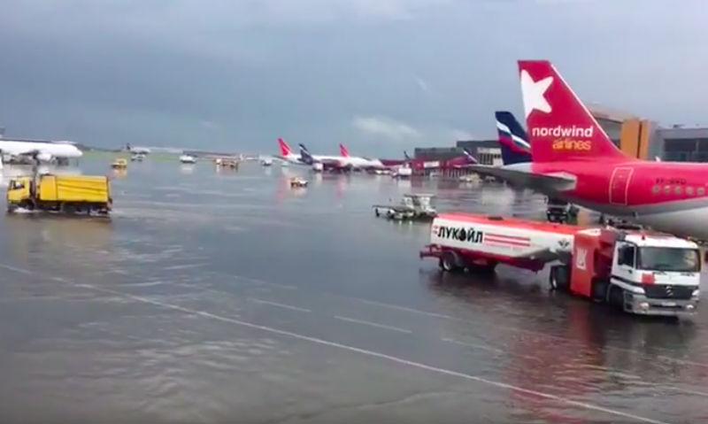 Аэропорт утонул: опубликовано видео плавающих в Шереметьево самолетов
