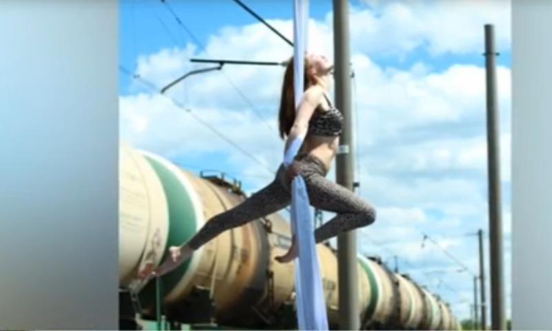 Смелые девушки устроили стриптиз-шоу прямо на перроне