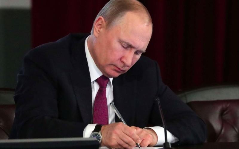 Путин внес поправки в Трудовой кодекс по оплате за сверхурочную работу