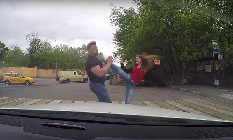 Опубликовано видео отправления хрупкой девушкой в нокаут автохама-верзилы