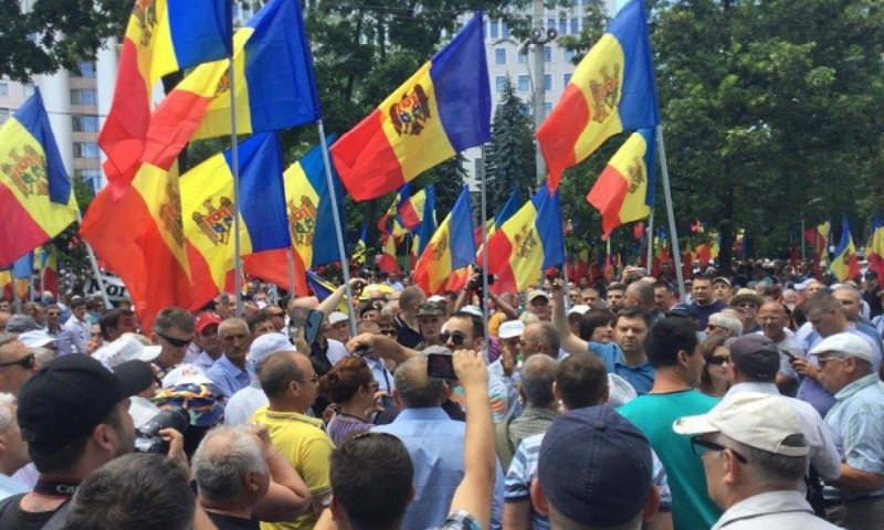 Участники провального антипрезидентского митинга в Кишиневе напали на журналиста