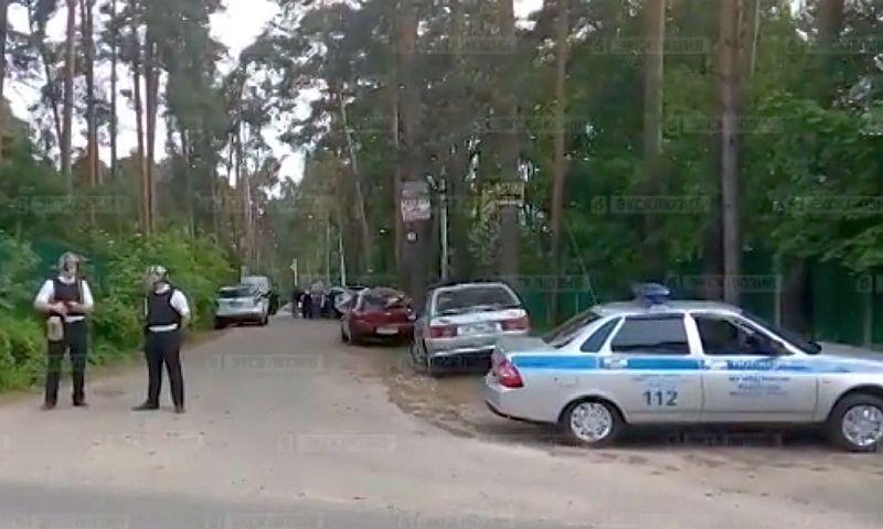 Опубликовано видео с места стрельбы по людям мужчиной в частном доме в Подмосковье