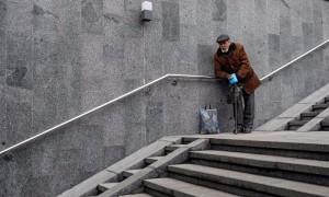 Медведев на двести рублей повысил прожиточный минимум в России