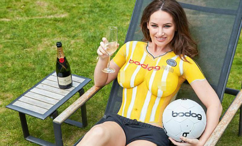 Грудью 4-го размера голая модель представила новую форму футбольного клуба Шотландии