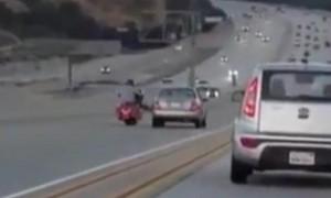 В США мотоциклист пинком ноги перевернул две машины