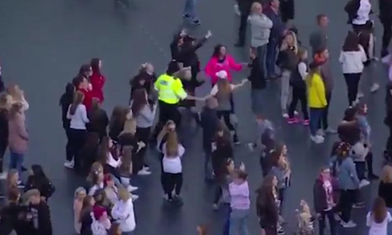 Танцующий с детьми на концерте Арианы Гранде полицейский покорил социальные сети