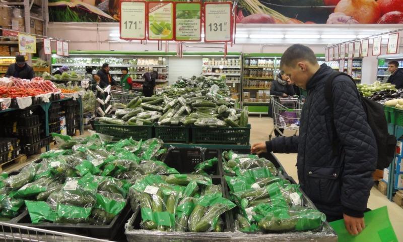 Названы регионы страны, где продаются самые дешевые и дорогие огурцы и помидоры