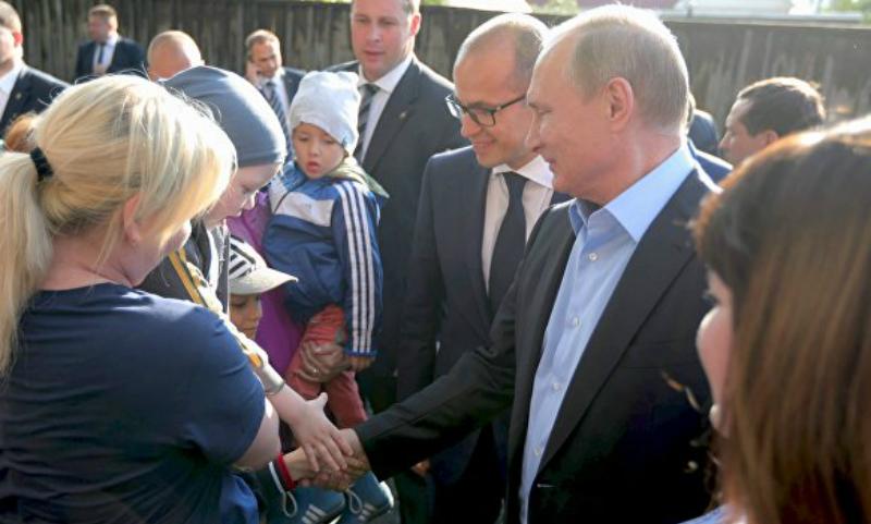 Владимир Путин приехал в аварийный барак обратившейся к нему жительницы Ижевска