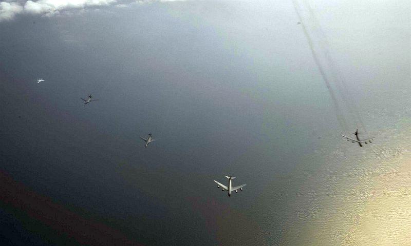 Фотобомба!: Минобороны США показало снимки перехвата бомбардировщиков российским Су-27