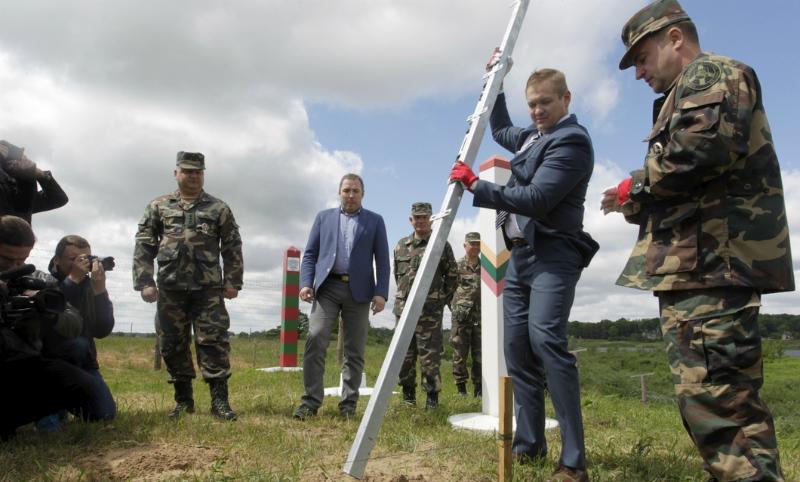 Глава МВД Литвы поставил первый столб стены на границе c Россией