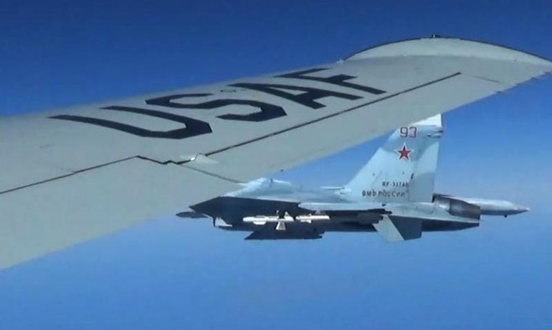 Появились фото опасного сближения российского Су-24 с американским самолетом-разведчиком над Балтийским морем