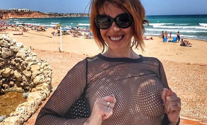 51-летняя Наталья Штурм пытается привлечь внимание, обнажая грудь